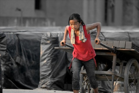 china-poor-rural-girl-03-pulling-cart