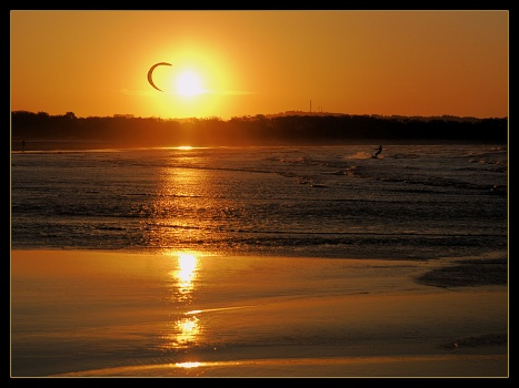 Kite_surfing_at_sunset_2_by_wildplaces